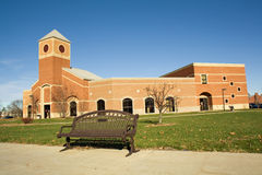 Edificio académico en un campus de la universidad Fotografía de archivo