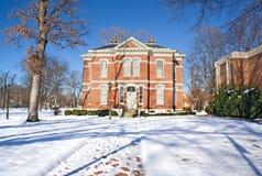 Edificio académico en un campus de la universidad en invierno Imagen de archivo libre de regalías