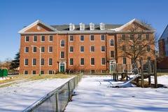 Edificio académico en un campus universitario Imágenes de archivo libres de regalías