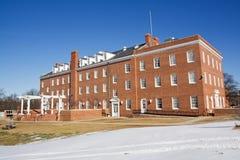 Edificio académico en un campus universitario Fotografía de archivo libre de regalías