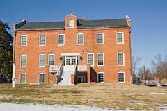 Edificio académico en un campus universitario en invierno Imagen de archivo