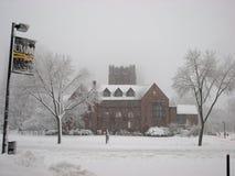 Edificio administrativo en la tormenta UWM de las nevadas fuertes Imagen de archivo