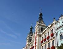Edificio adornado con las banderas y las flores Foto de archivo libre de regalías