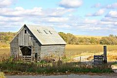 Edificio agrícola abandonado de madera viejo y paisaje imagenes de archivo