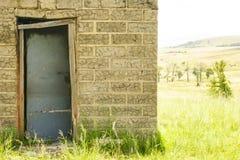 Edificio agrícola abandonado en las colinas de las montañas de Drakensburg Foto de archivo