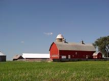Edificio agrícola con el silo Imagen de archivo libre de regalías