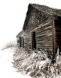 Edificio agrícola de madera abandonado en invierno Fotografía de archivo