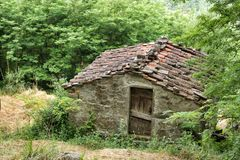 Edificio agrícola de piedra viejo con el tejado tejado Fotos de archivo