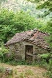 Edificio agrícola de piedra viejo con el tejado tejado Imagen de archivo