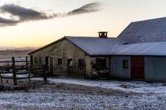 Edificio agrícola en Islandia durante salida del sol Fotos de archivo libres de regalías