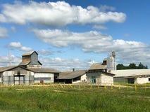 Edificio agrícola agrícola agrícola grande con el equipo, casas, graneros, granero fotos de archivo libres de regalías