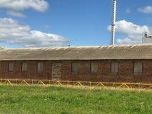 Edificio agrícola agrícola agrícola grande con el equipo, casas, graneros, granero imágenes de archivo libres de regalías