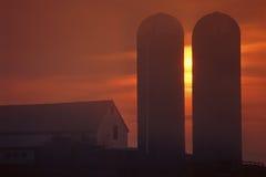Edificio agrícola silueteado fotografía de archivo