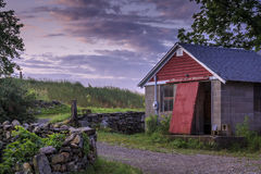 Edificio agrícola viejo en el amanecer Fotografía de archivo libre de regalías
