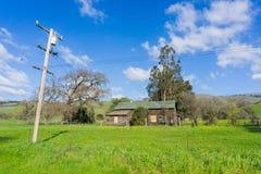Edificio agrícola viejo, lago coyote - Harvey Bear Park, Morgan Hill, California imagenes de archivo