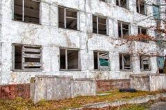 Edificio alto abandonado viejo Fotos de archivo