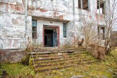 Edificio alto abandonado viejo Foto de archivo