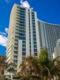 Edificio alto alla località di soggiorno tropicale fotografia stock