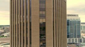 Edificio alto in Boise Idaho su una mattina piovosa con orizzonte archivi video