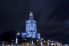 Edificio alto Centro de la ciudad de la noche de Varsovia Varsovia polonia Polska palacio de la cultura y de la ciencia imagen de archivo libre de regalías