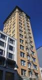 Edificio alto con la escalera externa del escape de fuego Imagenes de archivo