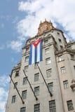 Edificio alto con una bandierina cubana Fotografie Stock Libere da Diritti