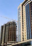 Edificio alto debajo de la construcción y de la grúa Fotografía de archivo