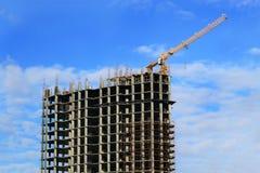 Edificio alto debajo de la construcción y de la grúa Imagenes de archivo
