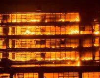Edificio alto en el fuego/los fuegos grandes burnning Imagenes de archivo