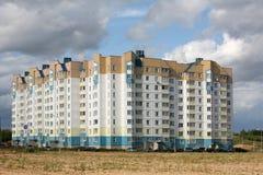 Edificio alto en nueva área foto de archivo