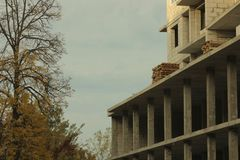 Edificio alto inacabado, grúa, arquitectura imágenes de archivo libres de regalías