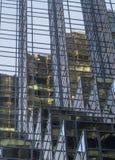 Edificio alto moderno con la fachada de cristal azul y reflexiones Imagenes de archivo