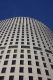 Edificio alto moderno del concreto. Imagen de archivo libre de regalías
