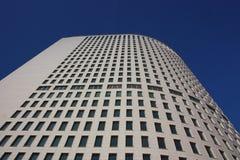 Edificio alto moderno del concreto. Foto de archivo libre de regalías