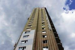 edificio alto nuevamente construido con el aislamiento de los paneles modernos ecológicos en un fondo del cielo azul imagen de archivo libre de regalías