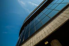 Edificio alto que aumenta hasta el cielo Imagen de archivo libre de regalías