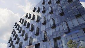 Edificio alto urbanístico del diseño creativo con la fachada y los balcones de cristal almacen de metraje de vídeo