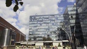 Edificio alto urbanístico elegante del diseño con la fachada y los balcones de cristal almacen de video