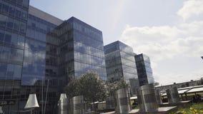 Edificio alto urbanístico elegante hermoso con la fachada y los balcones de cristal almacen de metraje de vídeo