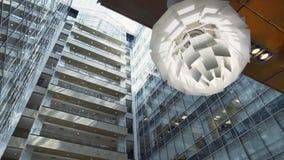 Edificio alto urbanístico elegante moderno con la fachada y los balcones de cristal almacen de video