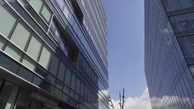 Edificio alto urbano creativo espectacular con la fachada y los balcones de cristal almacen de video