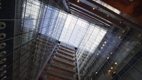 Edificio alto urbano creativo fresco con la fachada y los balcones de cristal metrajes