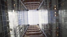 Edificio alto urbano creativo maravilloso con la fachada y los balcones de cristal almacen de video