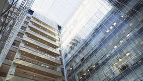 Edificio alto urbano creativo que sorprende con la fachada y los balcones de cristal almacen de video