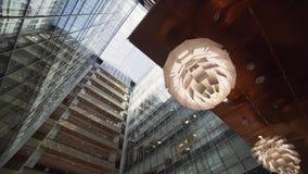 Edificio alto urbano elegante moderno lindo con la fachada y los balcones de cristal almacen de video