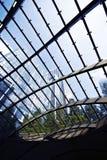 Edificio alto visto a través de la azotea de cristal Imagen de archivo libre de regalías