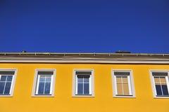 Edificio amarillo con el cielo azul Fotos de archivo libres de regalías