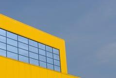 Edificio amarillo con Windows Imagen de archivo