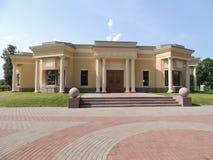 Edificio amarillo de la arquitectura con las escaleras de la entrada de las columnas Fotografía de archivo libre de regalías