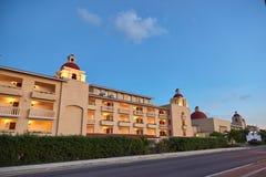 Edificio amarillo a lo largo del camino Imagen de archivo libre de regalías